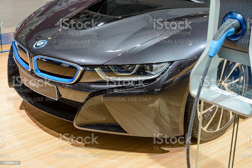 BWW i8 híbrido coche deportivo y estación de carga eléctrica - foto de stock