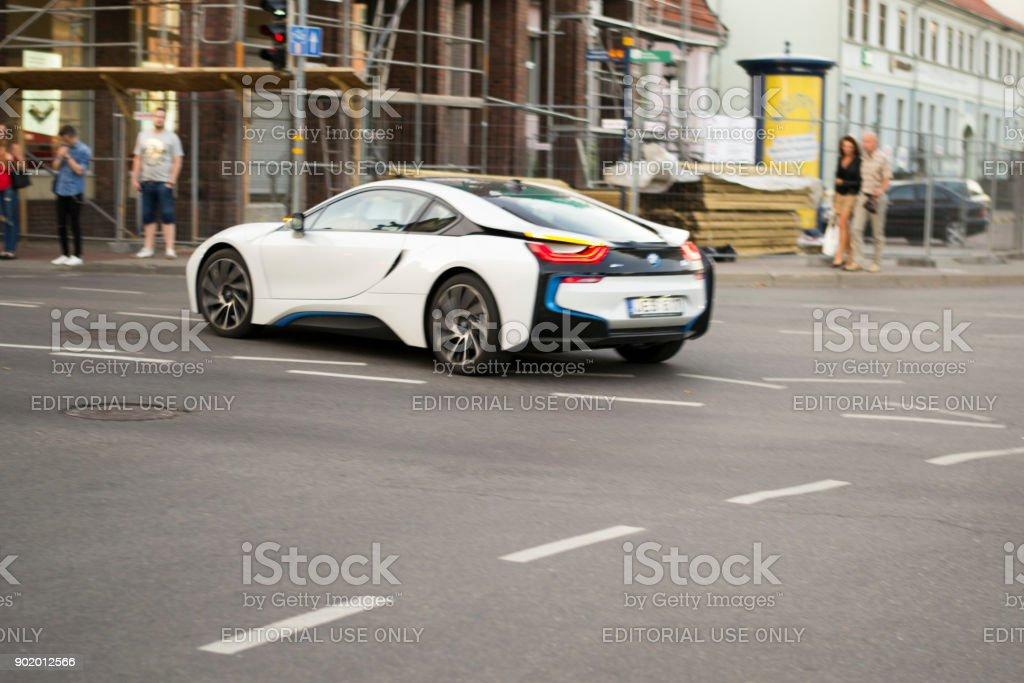BMW i8 va en la calle Herkaus Manto, Klaipeda - foto de stock