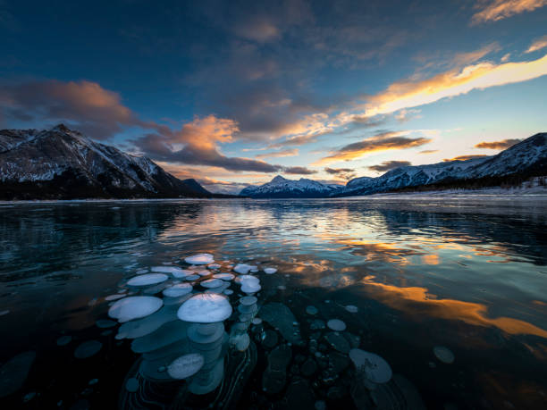 Eisblase und Sonnenaufgang am Abraham Lake – Foto