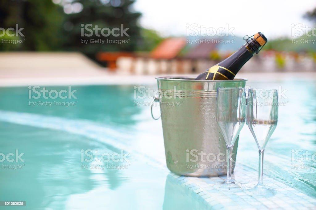 Seau à glace champagne bouteille et deux verres près de la piscine - Photo