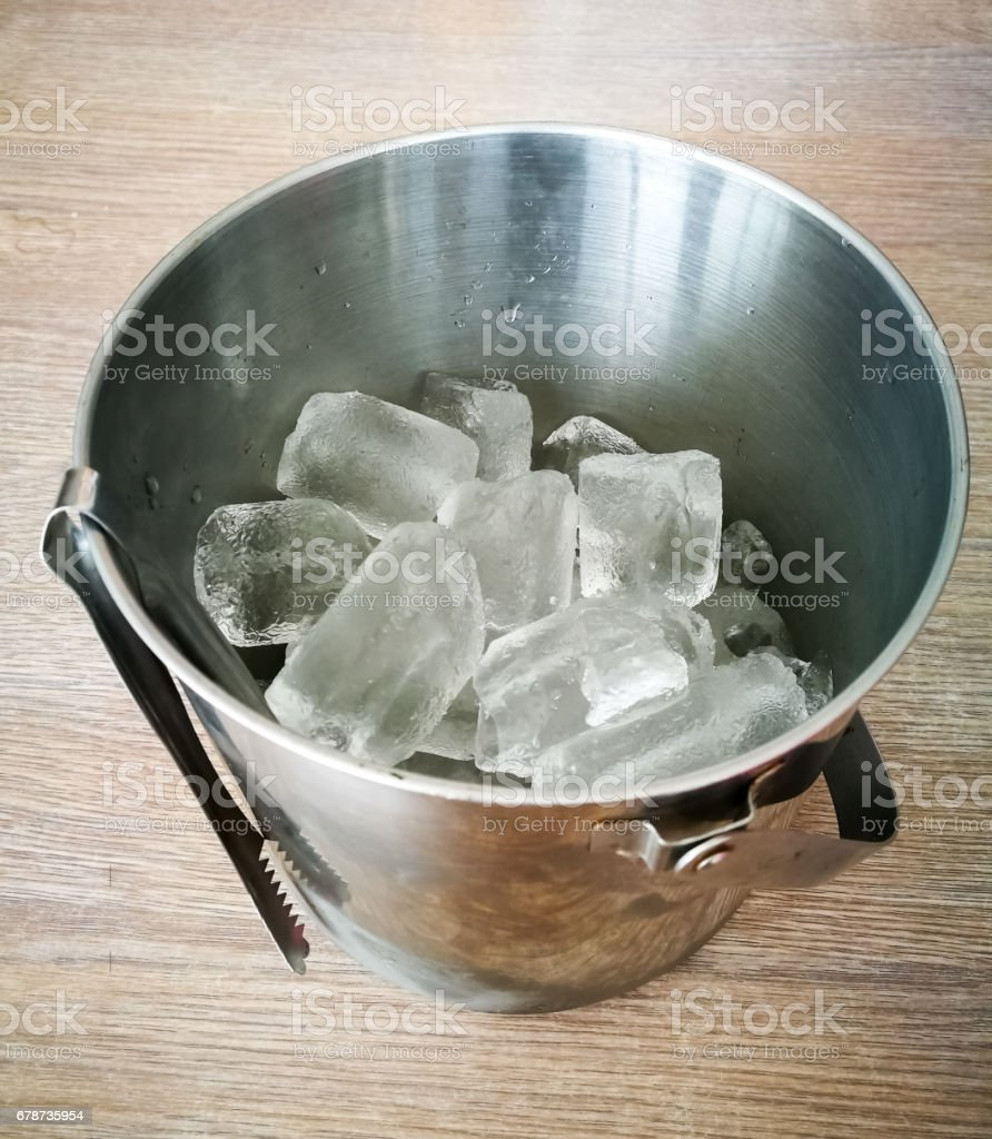 Ice bucket on wooden table photo libre de droits