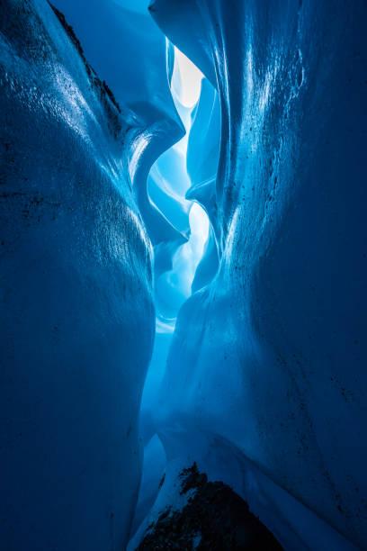 マタヌスカ氷河で氷峡谷 - アイスクライミング ストックフォトと画像