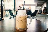 カプチーノ コーヒー コーヒー ショップでテーブルの上を氷します。