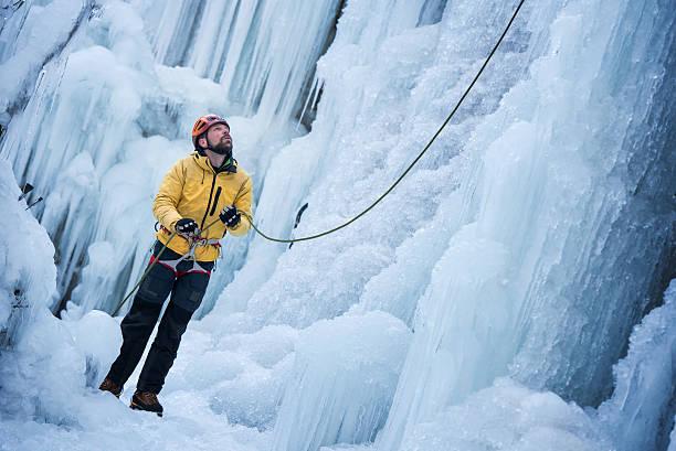 ice クライマーズハイ prepearing に凍った滝へ続く - アイスクライミング ストックフォトと画像