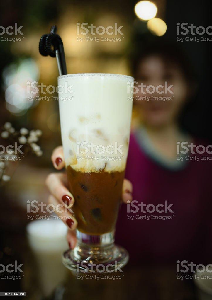 Cafe De Coco Hielo En La Mano De La Mujer En La Cafeteria Una Taza De Leche Por Una Chica Con Unas De Color Rojo Y Capa Cafe Cafeteria Vintage Irascible Mocha