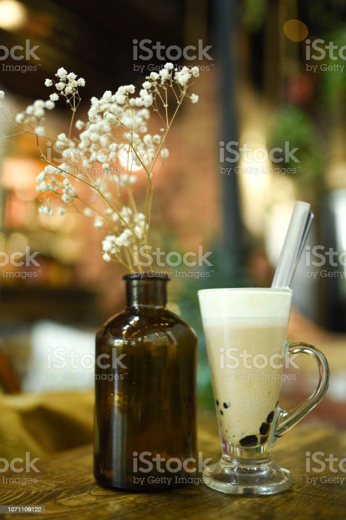 Coco Cafe Con Burbujas En La Cafeteria De Hielo Una Taza De Cafe De La Capa Y La Leche En Una Mesa De Madera Al Lado De Pequenas Flores Blancas Tienda Vintage