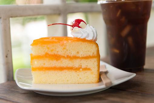 Ice Coffee And Orange Cake On Wood Table Stockfoto und mehr Bilder von Abnehmen