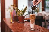 背の高いグラスでアイス コーヒー。ミルクとコーヒー。