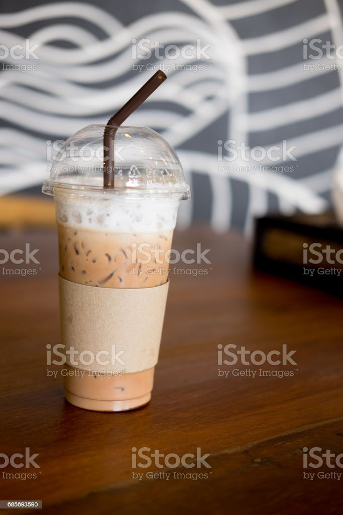 Ice coffee in takeaway cup on wood table foto de stock royalty-free
