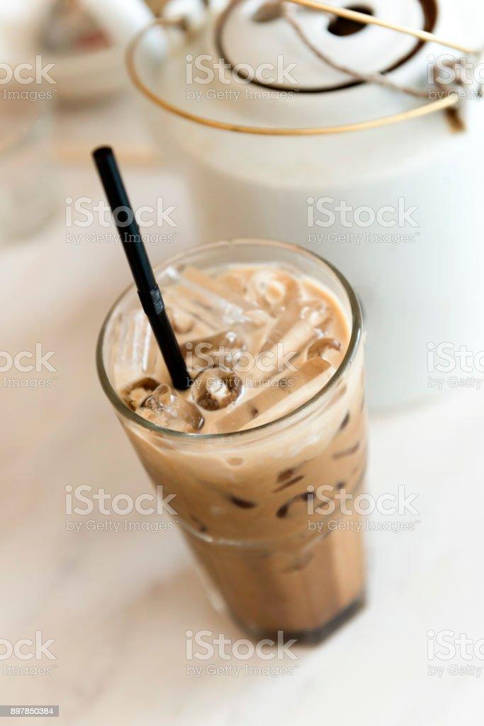Eis Kaffee servieren am Tisch – Foto