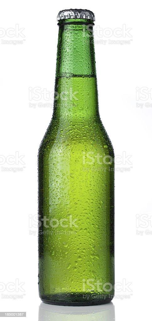 Fría botella de cerveza aislado sobre un fondo blanco - foto de stock