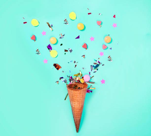eistüte mit dekoration für die feier - eis ballons stock-fotos und bilder