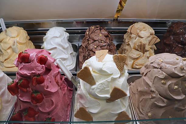 ice cream flavors strawberry, banana, bacio, hazelnut, yogurt, vanilla, cappuccino - bananeneis stock-fotos und bilder