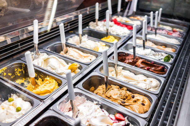 霜淇淋冷凍優酪乳豐富多彩的服務櫃檯客廳與許多 scoopable 風味, 雪糕, 巧克力, 配料, 咖啡 - 雪糕 個照片及圖片檔