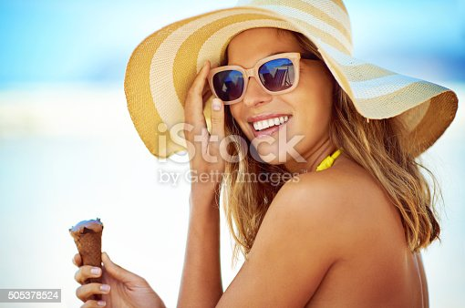 Portrait of a beautiful young woman eating an ice cream at the beachhttp://195.154.178.81/DATA/i_collage/pi/shoots/806191.jpg