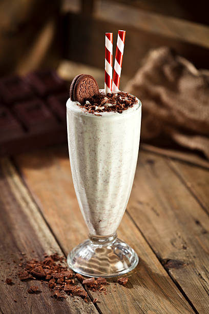 ice cream milkshake with cookie and crumbs - milkshake stockfoto's en -beelden