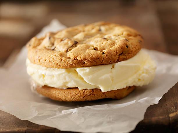 ice cream sandwich - hausgemachtes vanilleeis stock-fotos und bilder