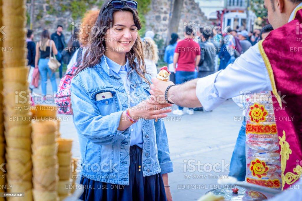 Eis Verkäufer Mann spielt türkische Witz mit Touristen - Lizenzfrei Außenaufnahme von Gebäuden Stock-Foto