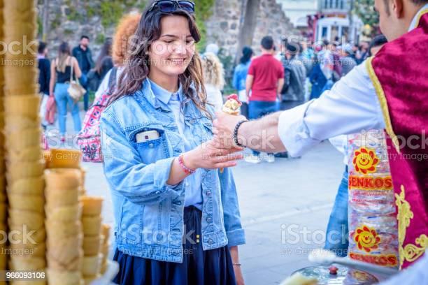 Eis Verkäufer Mann Spielt Türkische Witz Mit Touristen Stockfoto und mehr Bilder von Außenaufnahme von Gebäuden