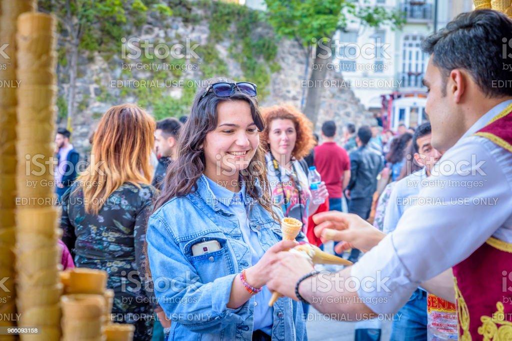 Ijs verkoper man speelt Turkse grap met toeristen - Royalty-free Bevroren Stockfoto