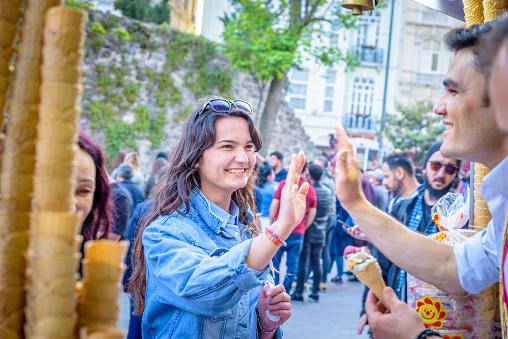 Ice Cream Säljaren Mannen Spelar Turkiska Skämt Med Turister-foton och fler bilder på Beyoglu