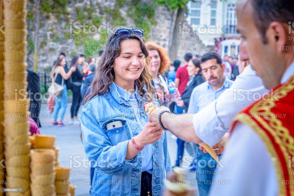 Ice cream säljaren mannen spelar turkiska skämt med turister - Royaltyfri Beyoglu Bildbanksbilder