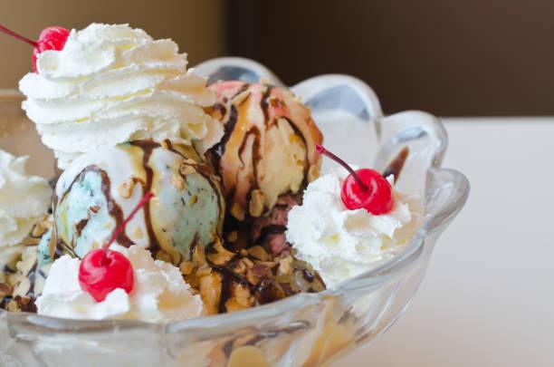ice cream sundae in big bowl - coppa gelato foto e immagini stock