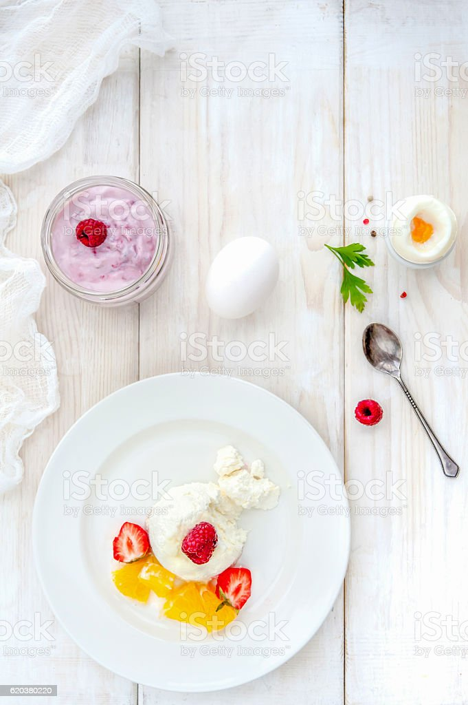 Ice cream with berries on white plate top view foto de stock royalty-free