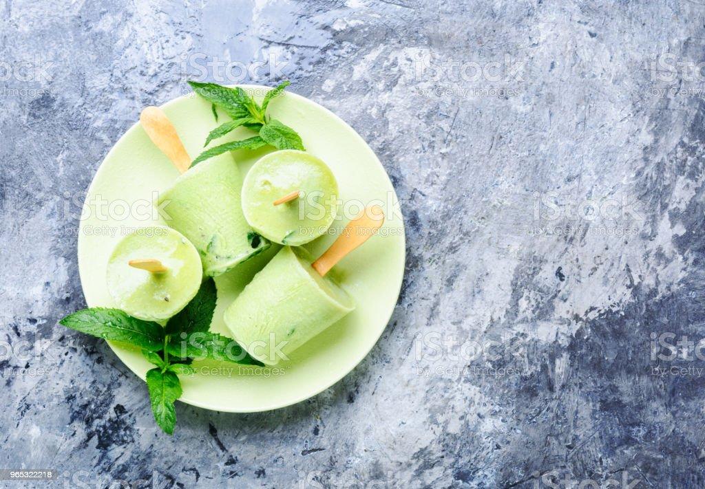Ice cream with mint - Zbiór zdjęć royalty-free (Chłodny)