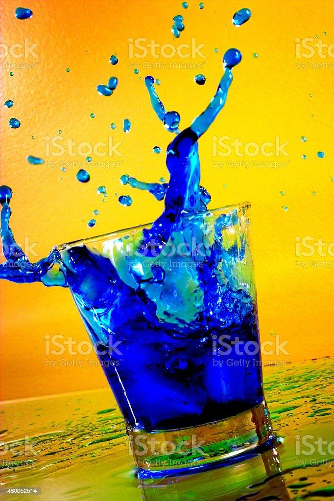 Cubo de Gelo caindo em Blue Curaçao bebida foto royalty-free