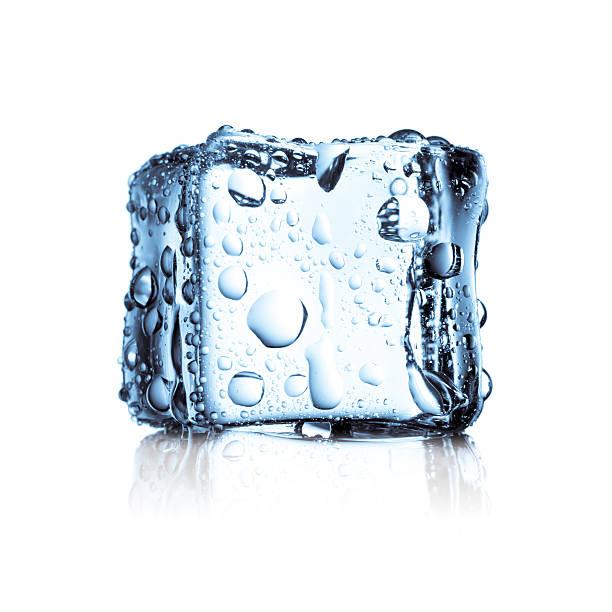 eiswürfel eingefroren kaltes wasser frischen - eiswürfel stock-fotos und bilder