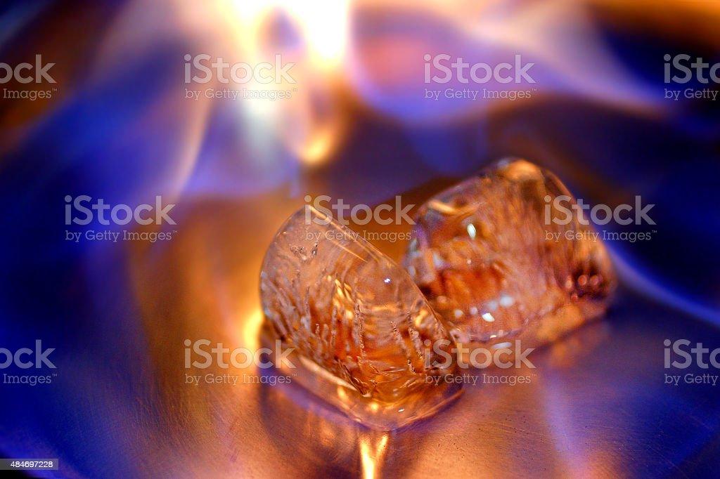 Cubos de gelo e fogo em uma superfície de Metal polido - foto de acervo