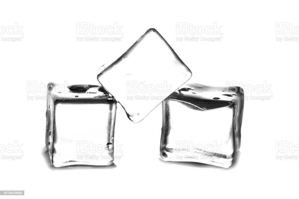 Cubes de glace bouchent avec réflexion et gouttes d'eau isolé sur fond blanc photo libre de droits