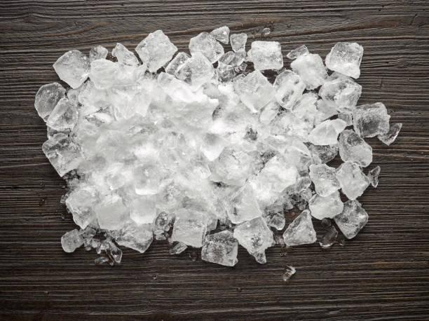 나무 테이블에 얼음 조각 - 얼음 조각 뉴스 사진 이미지