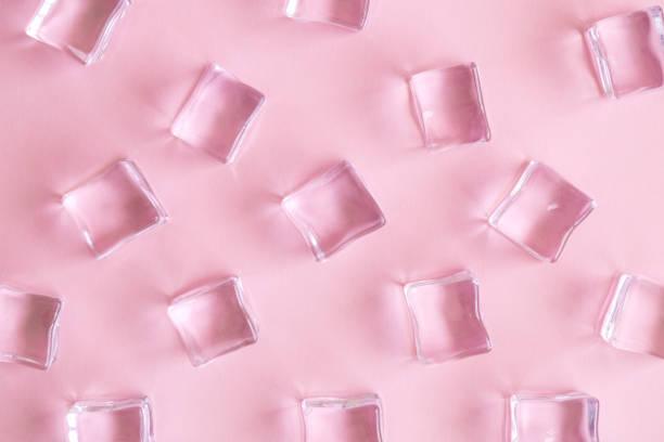 Patrón de cubos de hielo aislados en el abstracto de refresco de rosa saque de rosa pastel. - foto de stock