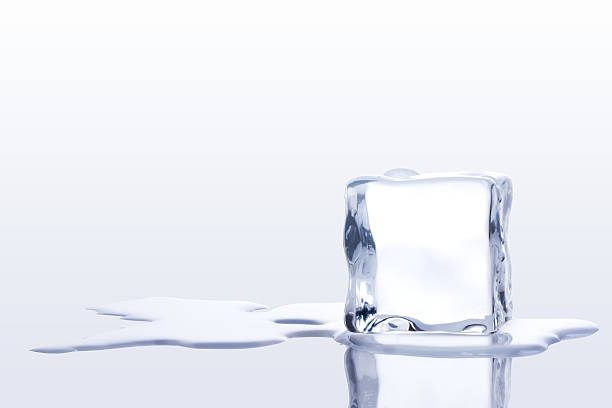 ice cubes - smelten stockfoto's en -beelden