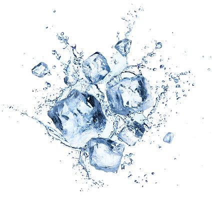 冰立方飛濺清涼的水晶與水滴 照片檔及更多 冰 照片