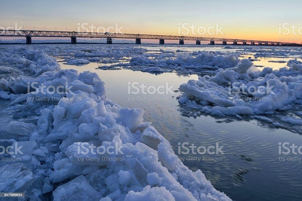 Eisgang auf dem Fluss Amur. – Foto