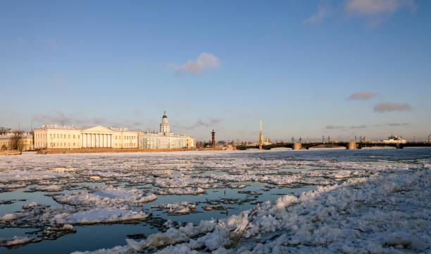 ijs drift op de rivier de neva in st. petersburg. - neva stockfoto's en -beelden