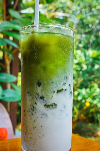 eis grean tee – bild - grüner tee koffein stock-fotos und bilder