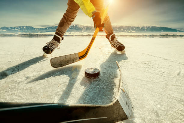 Momento de jogo de hóquei no gelo - foto de acervo