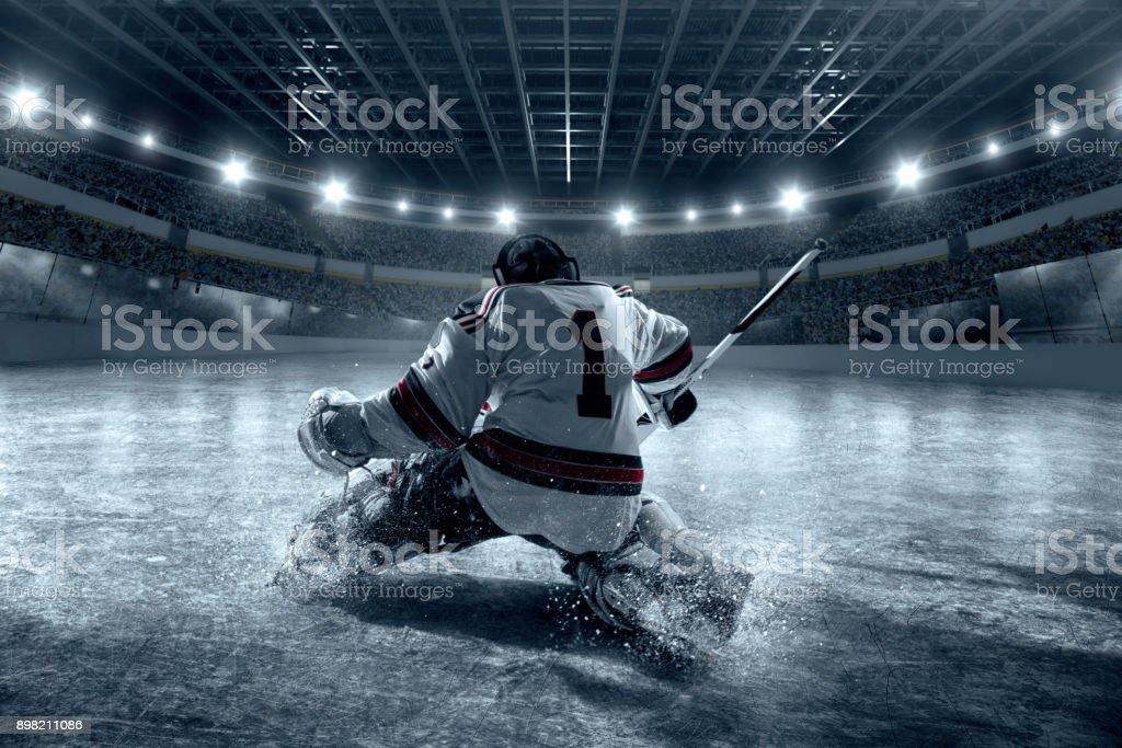 Eishockey-Torwart schützt das Ziel. Ansicht von hinten – Foto