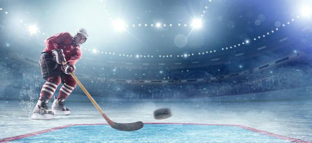 jugador de hockey sobre hielo en acción - hockey fotografías e imágenes de stock