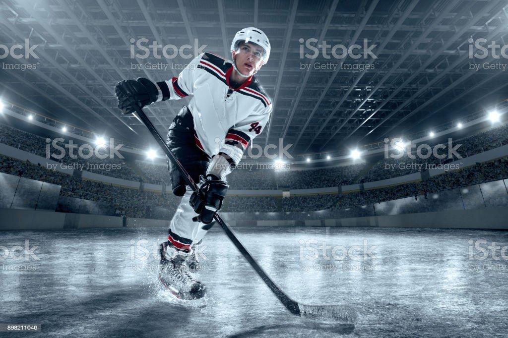 Eishockey-Spieler auf große professionelle Eis-arena – Foto