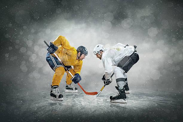 jugador de hockey sobre hielo en el ice, al aire libre - hockey fotografías e imágenes de stock