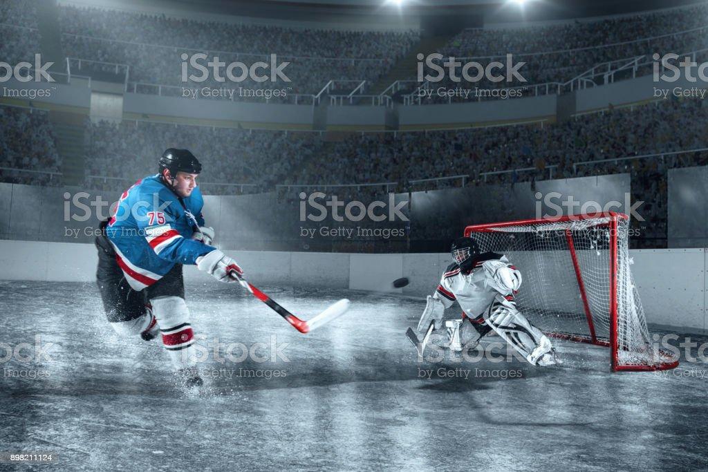Eishockey-Spieler schießt ein Tor auf große professionelle Eis-arena – Foto