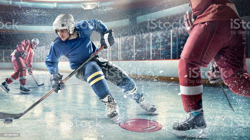 Giocatori di hockey su ghiaccio in azione foto stock royalty-free