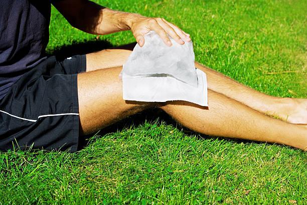 articolazione del ginocchio ghiaccio - crioterapia foto e immagini stock