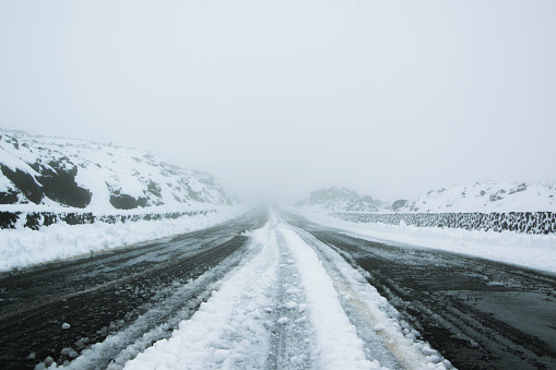 istock Ice, snow and fog - Snowstorm in the high mountains road. Concept - safe travel for winter holidays, weather 1040541126