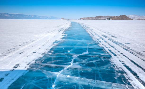 ijs oppervlak van baikal lake - siberië stockfoto's en -beelden